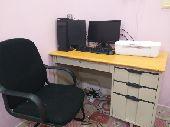 كمبيوتر مكتبي مع مكتب
