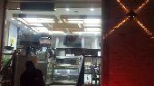 مطعم للتقبيل على شارع حيوي