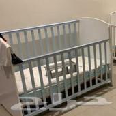 سرير اطفال وبوفيه خشب للبيع