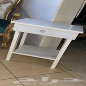 طاولة بيضاء