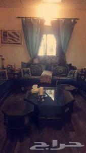 مجلس مع الطاولات والستاره وغرفة نوم وطاولة طع
