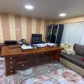 مكتب اداري نظيف مع كرسي فخم ودولاب ارشيف