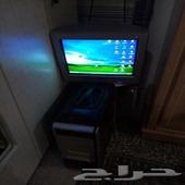 كمبيوتر مكتبي على الشرط