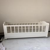 سرير طفل وطاوله