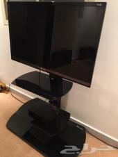 شاشة تلفزيون مع الطاولة