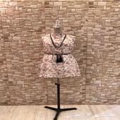 فستان قصير مع سلسلة وحزام في الوسط