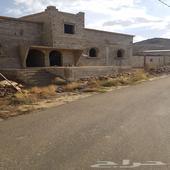 ارض مساحه كبيره طريق وادي بن هشبل ي وجد عليها بيت مسلح عظم