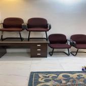 طاوله مكتبيه مع ست كراسي استعمال نظيف