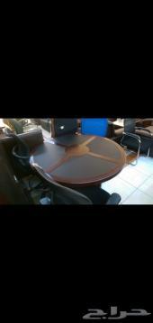 طاولات اجتماع وكراسي إنتظار ومكاتب وكنب