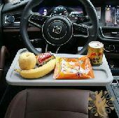 طاولة عجيبة على طارة السيارة