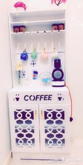 ركن قهوه مع الة قهوة واكواب