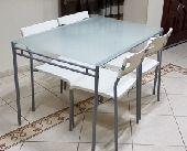 طاولة مودرن  من ايكيا ب 4 كراسي نظيفة