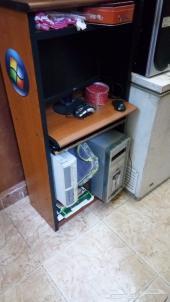 كمبيوترين وشاشه واغراض كمبيوتر و مكتب كمبيوتر