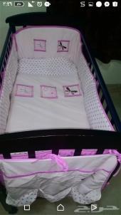 سرير اطفال مع مفرش بناتي