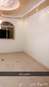 شقة للايجار 5 غرف جميله وبسعر مناسب جدا