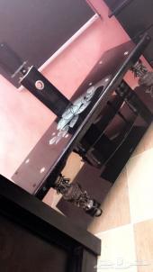 طاولة تلفزيون شاشة نظيفة جدا شبه جديدة للبيع