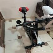 دراجة منزلية و كرسي استراخاء