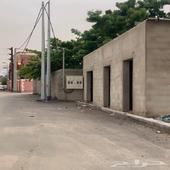 ارض سكنية مع ثلاثة محلات تجارية