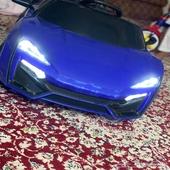 سيارة اطفال بثلاث سرعات استخدام اسبوعين ونظيفه مع شاحنها ور