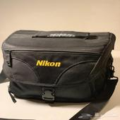 كاميرا نيكون D7000   عدسة زوم وحقيبة كبيرة