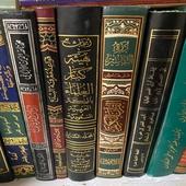 مجلدات تقرب الى 200 مجلد وعليها كتيبات صغيرة