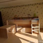 سريرين للأطفال مع مكتب وأماكن تخزين
