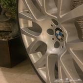 جنوط BMW اصلية حقت الشركة للفئة السابعة نظيفة جدآ بكفراتها