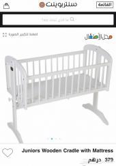 سرير اطفال خشبي ابيض مع مرتبة من جونيورز