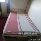 سرير مع فرشة طبية
