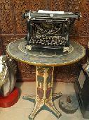 الي كاتبة أثرية قديمة بااحرف عربية مع الطاول