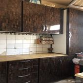 مطبخ نظيف لون بني مافيه كسر