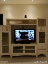 مكتبة تلفزيون بيضاء اللون جميلة جدا