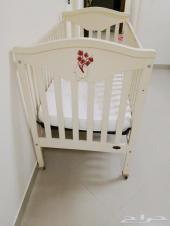 للبيع سرير أطفال بيج مع المرتبة بحالة جيدة