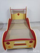 سرير اطفال على شكل سيارة ودولاب وادراج