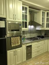 شقة فاخرة للبيع 4 غرف مع بعض الأثاث