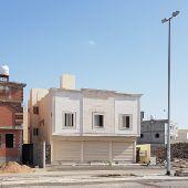 للبيع عماره تجاريه 3 محلات و4 شقق بالملك فهد