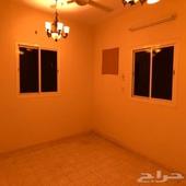 شقه للايجار  5 غرف ومطبخ وصاله كبيره و 3 دورات مياه مع حوش