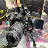 كاميرا نيكون 5200 مع جهاز واي فاي حقها والكرتون الوصلات