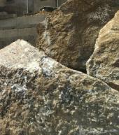 للبيع حجر كبير و ممتاز لتسوية الاراضي و دفنية
