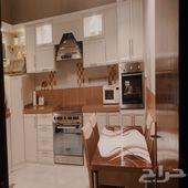 مطبخ وفرن وطاولة طعام