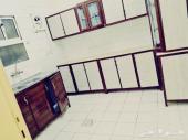 شقة نظيفة (3) غرف وصالة ومطبخ راكب مجددة