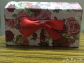 صندوق صغير لون زهري مع وررود حمراء