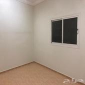 شقة دور ثاني مدخلين مكونة من اربع غرف و 2 دورات مياه و مطبخ