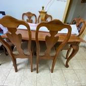 طاولة سفرة خشب نظيفة مع 6 كراسي منجدة