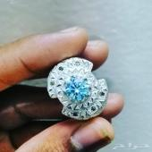 خاتم موزنايت محاط 6 الماسات بتفصيل جميل