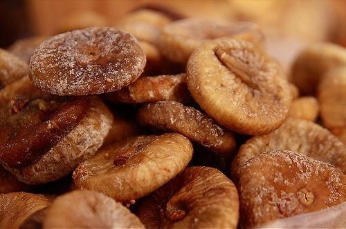زيت وزيتون مكبوس ومخللات وزعتر وجبنة أغنام وحلويات ومكسرات